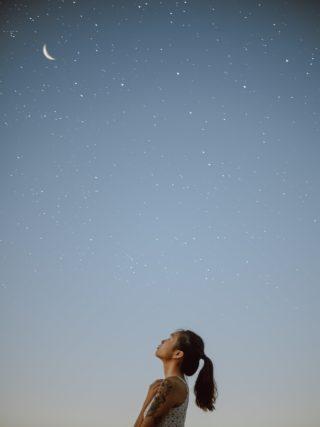 frau unter Sternenhimmel verbunden mit sich