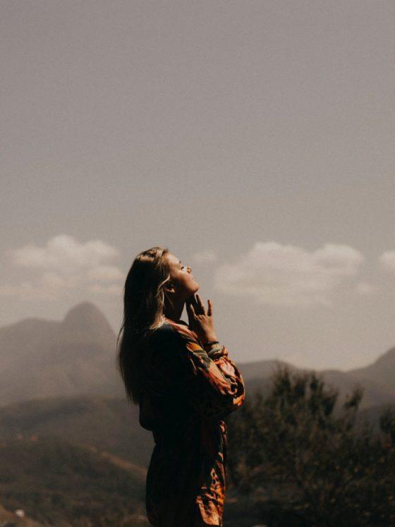 spirituelle frau schaut zum Himmel